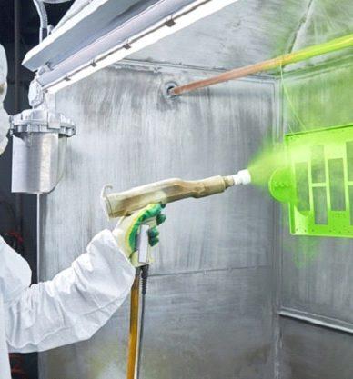 اپراتور روی قطعه فلزی پوشش پودری اعمال می کند.